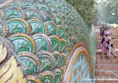 chiangmai-doi-suthep-escaliers-gamines